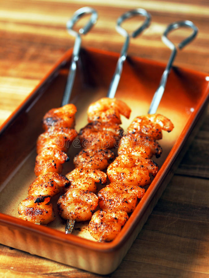 Skewers grelhados do camarão fotos de stock royalty free
