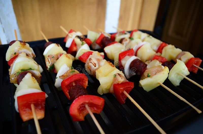 Skewers na grillu z mięsem, kiełbasą i warzywem, obrazy stock