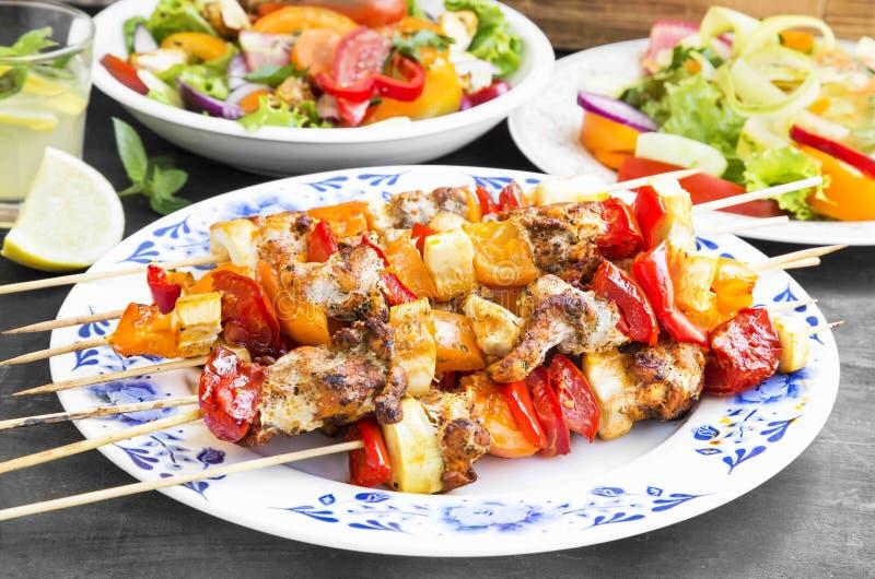 Skewers posiłek z kurczakiem, pomidorami i pieprzami Piec na grillu, zdjęcia stock