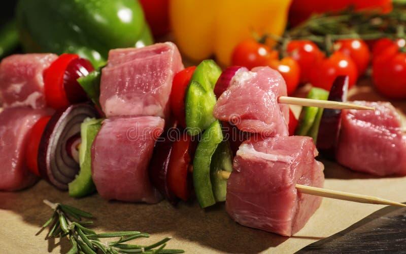 Skewers z świeżym surowym mięsem i warzywami na stole fotografia royalty free
