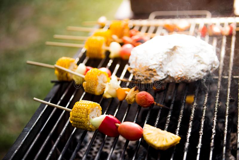 Skewersy z pysznej cebuli kukurydzianej, czerwonej papryki i kolorowych pomidorów na zdrowy posiłek wegetariański, wraz z grillem obraz royalty free