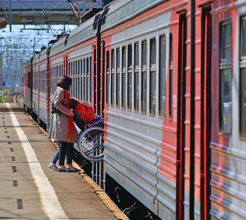 Skhodnya Ryssland - Maj 09 2018 mannen i rullstol skriver in ett drev royaltyfri fotografi