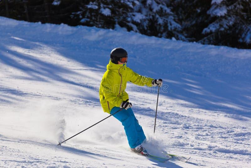 Skiër bij de toevlucht van de bergenski Slechte Gastein - Oostenrijk royalty-vrije stock afbeelding