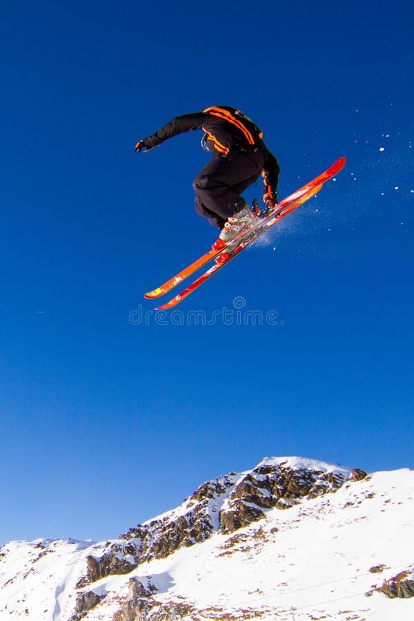 Skiër in de lucht stock foto
