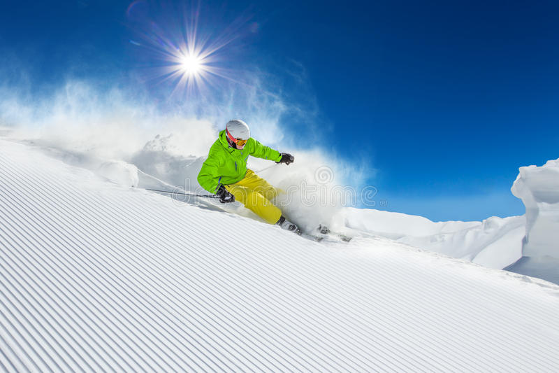 Skiër die bergaf in hooggebergte ski?en stock foto