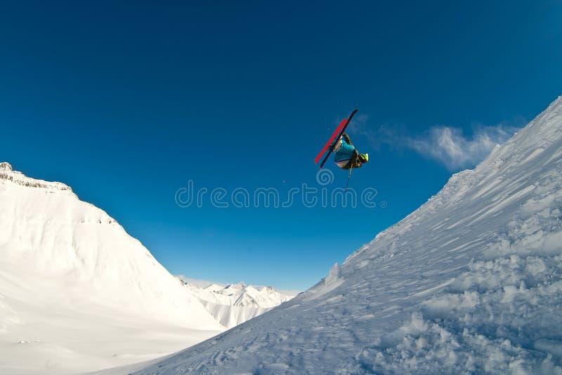 Skiër die in de lucht vliegt royalty-vrije stock afbeelding