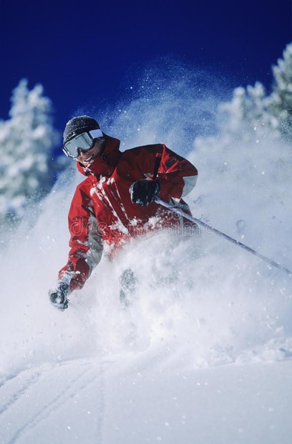 Skiër die in Poedersneeuw ski?en stock foto's