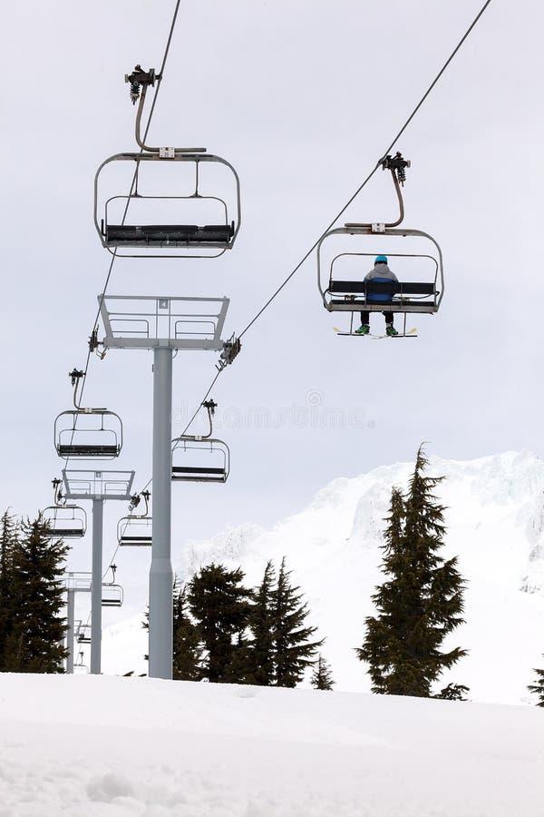 Skiër die Ski Lifts Up Mount Hood berijden stock foto's