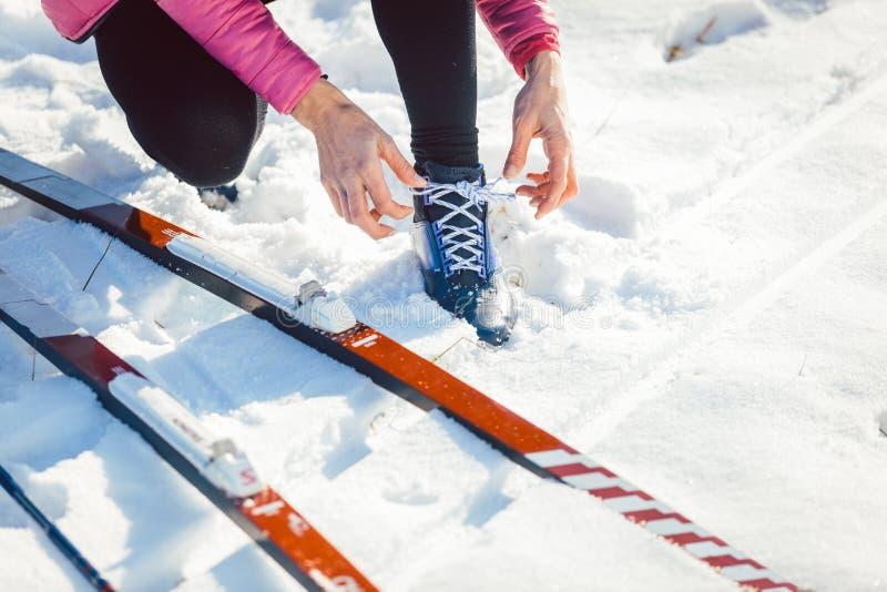 Skiër die van het vrouwen de dwarsland op ski zetten royalty-vrije stock afbeelding