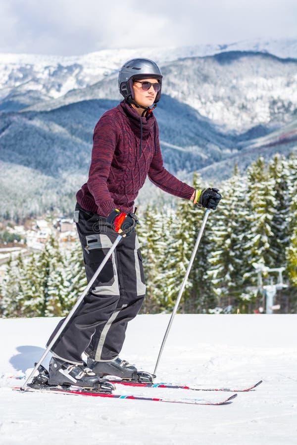 Skiër in glazen en een helm die een berg berijden royalty-vrije stock foto's