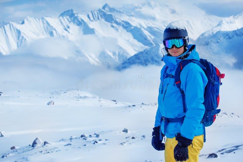 Skiër in helm en beschermende brillen stock afbeelding