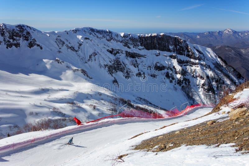 Skiër het berijden langs sneeuwskihelling van van de de winterberg van Gorky Gorod de skitoevlucht op blauwe hemel en de sneeuwpi royalty-vrije stock foto's