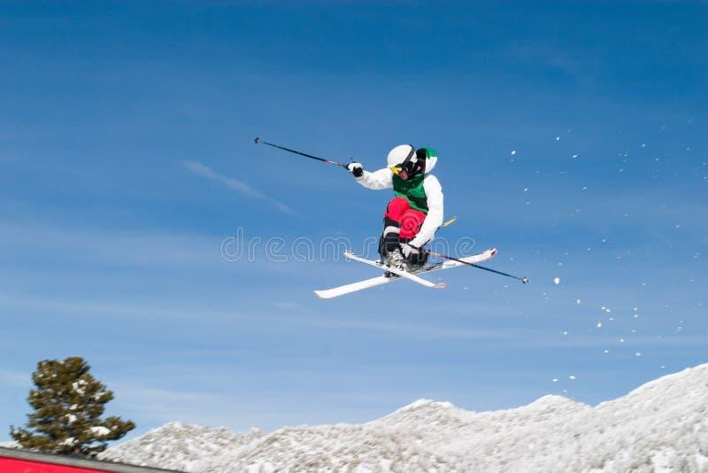 Skiër Hoog in de Lucht stock afbeelding