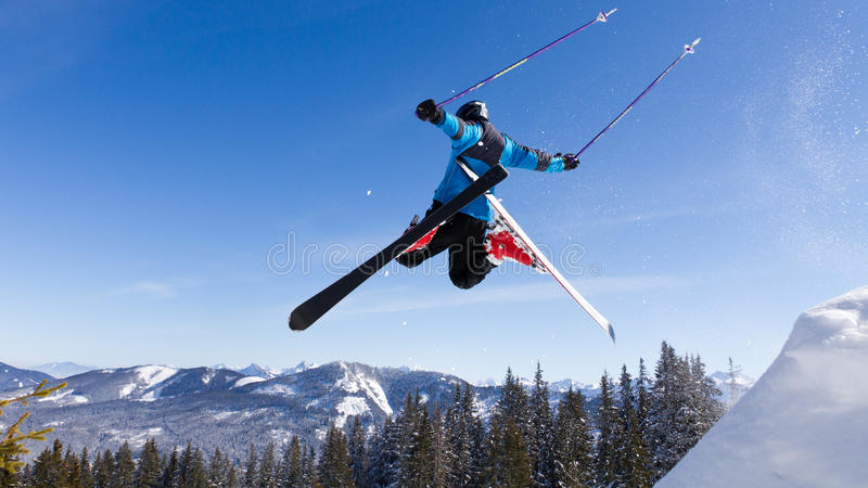 Skiër in hoogspringen stock foto's
