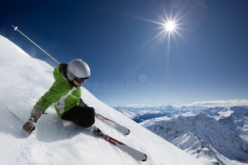 Skiër met zon en bergen royalty-vrije stock foto