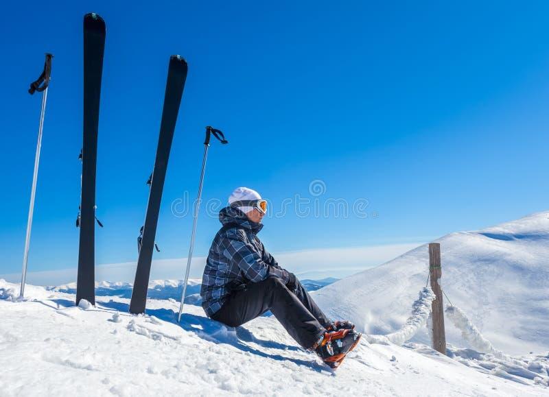 Skiër op een bovenkant van mountaine stock afbeelding