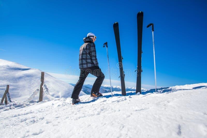 Skiër op een bovenkant van mountaine stock foto