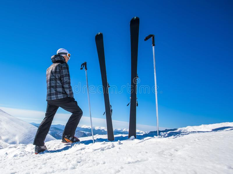 Skiër op een bovenkant van mountaine royalty-vrije stock foto