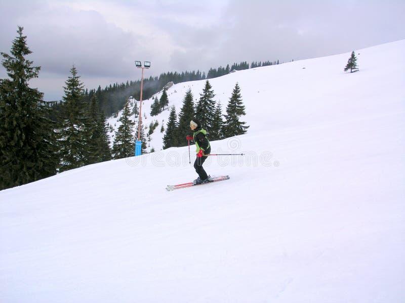 Skiër op een helling stock afbeelding