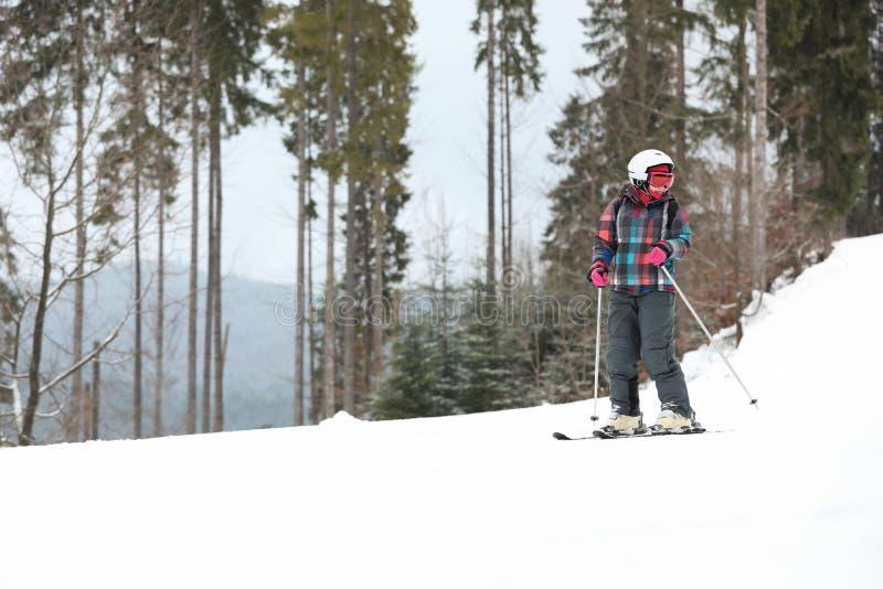 Skiër op helling bij toevlucht, ruimte voor tekst De winter stock foto's