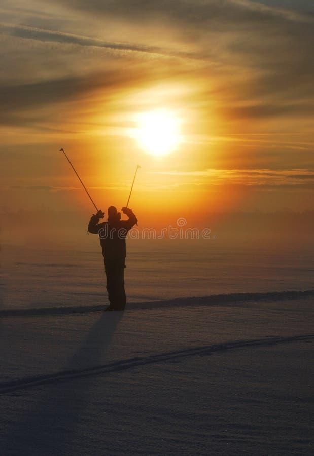 Skiër op zonsondergang royalty-vrije stock afbeelding