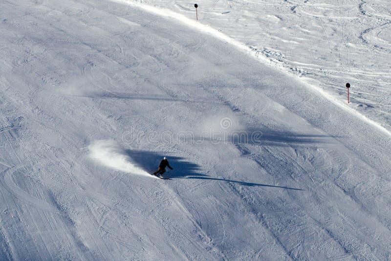 Skiër op zwarte skilooppas royalty-vrije stock afbeeldingen