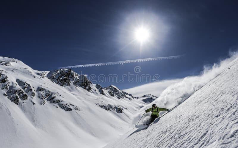 Skiër in poedersneeuw royalty-vrije stock fotografie