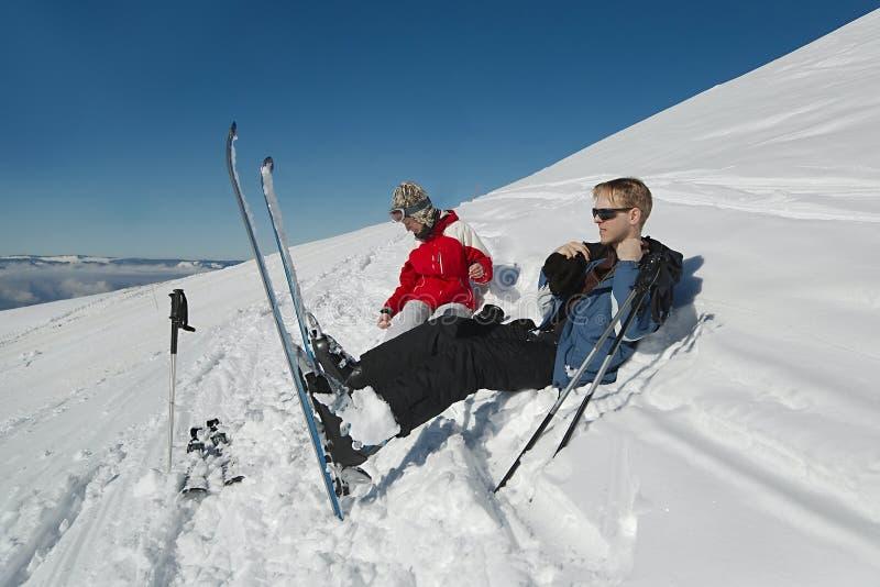 Skiërs die een rust hebben stock afbeeldingen