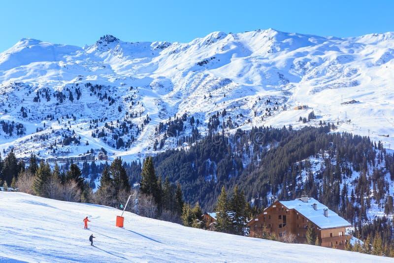 Skiërs op de hellingen van de skitoevlucht van Meriber stock afbeeldingen