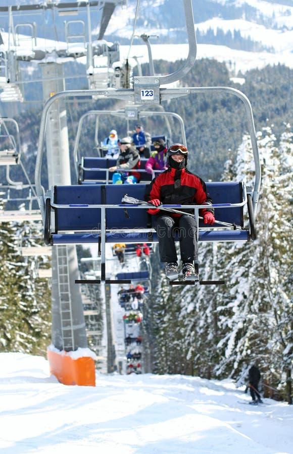 Skiërs in stoeltjeslift royalty-vrije stock afbeelding