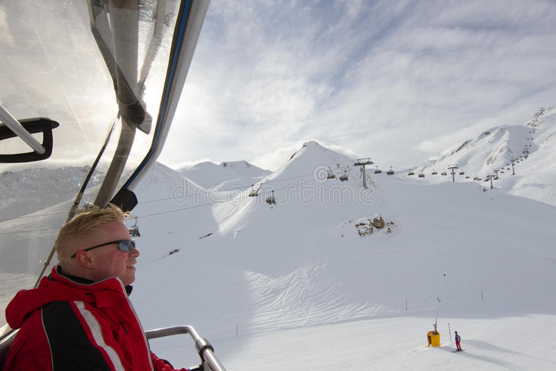 Skiërzitting in stoellift stock fotografie