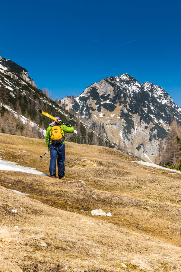 Ski Alpinist Going Up From Vrsic Paso-Eslovenia fotos de archivo libres de regalías