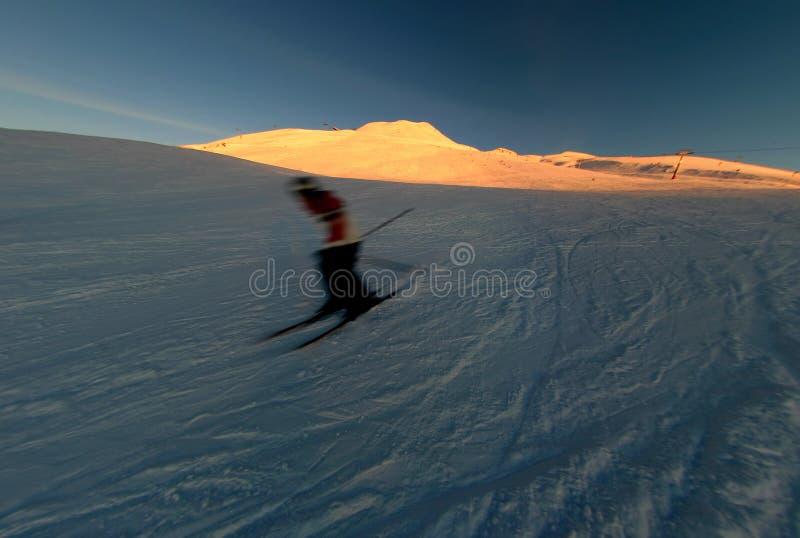 Ski au coucher du soleil photo stock
