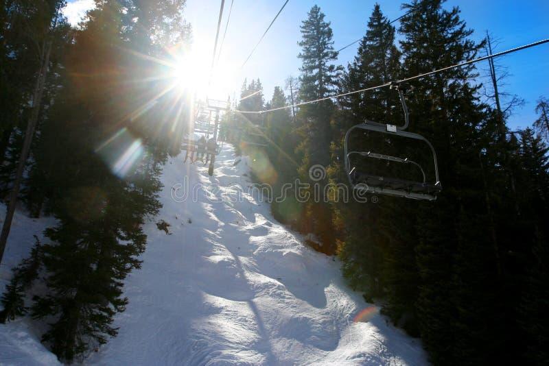 Ski-Aufzug zu Sun lizenzfreie stockbilder