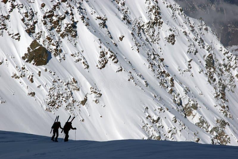 ski bergbeklimmers het stijgen stock afbeelding