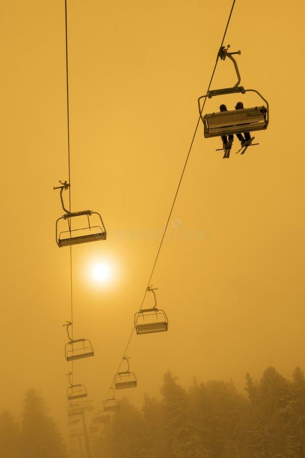 Ski Chair Lift Sunset eller soluppgång royaltyfri foto