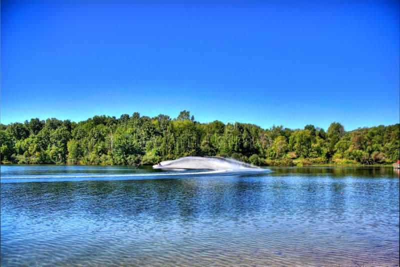 Ski d'avion à réaction sur un lac bleu image stock