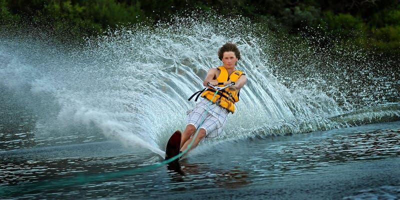 Ski d'eau d'homme sur le lac photo stock