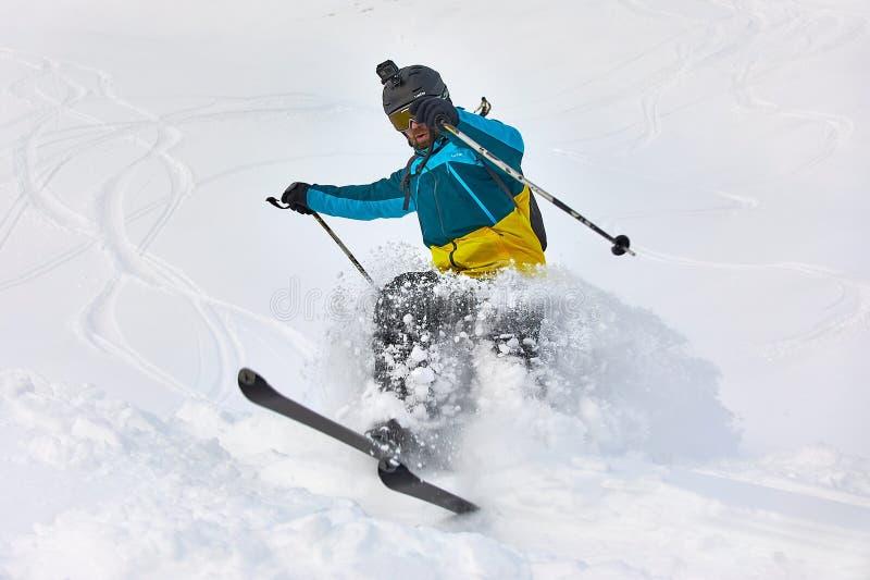Ski dans la neige fraîche de poudre photo libre de droits
