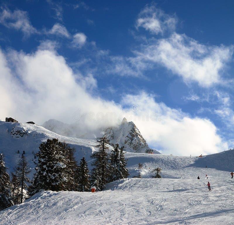 Ski Dans Le Dessus Des Alpes Photo stock