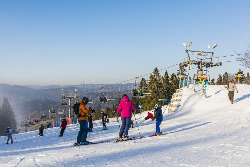 Ski de famille sur la piste photos libres de droits
