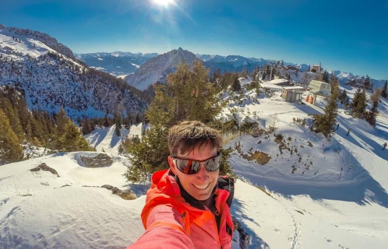 Ski de femme aux montagnes de Rofan aux Alpes au Tyrol, Autriche images stock