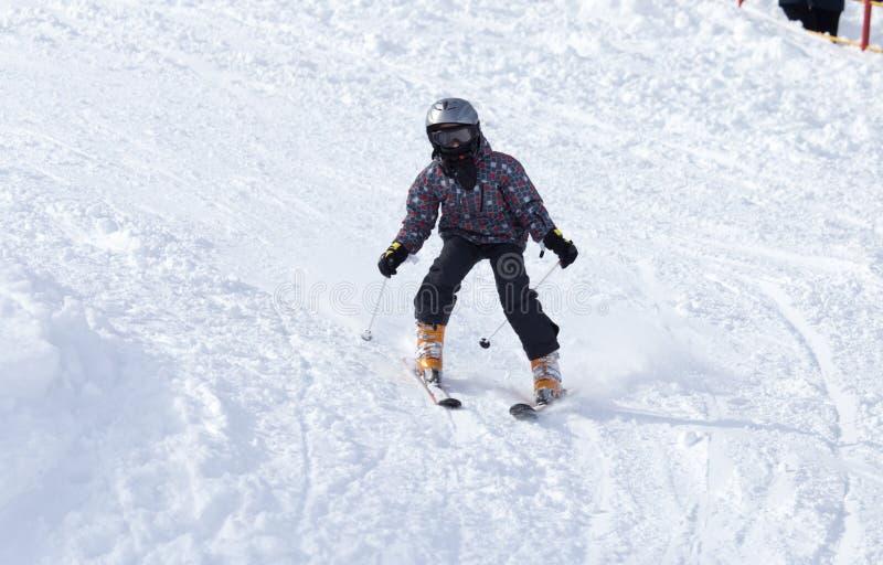 Ski de garçon pendant l'hiver image libre de droits