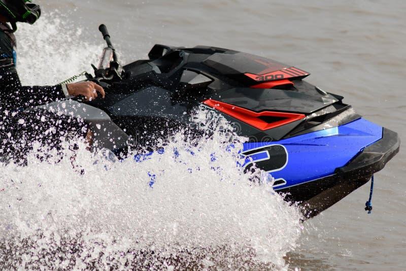Ski de jet d'eau montant sur le lac dans le jour ensoleillé image stock