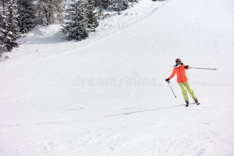 Ski de jeune fille dans la forêt photo stock