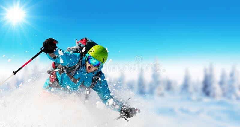 Ski de jeune homme sur la piste image stock