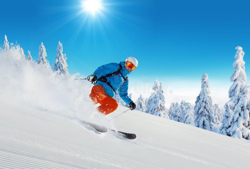 Ski de jeune homme sur la piste image libre de droits
