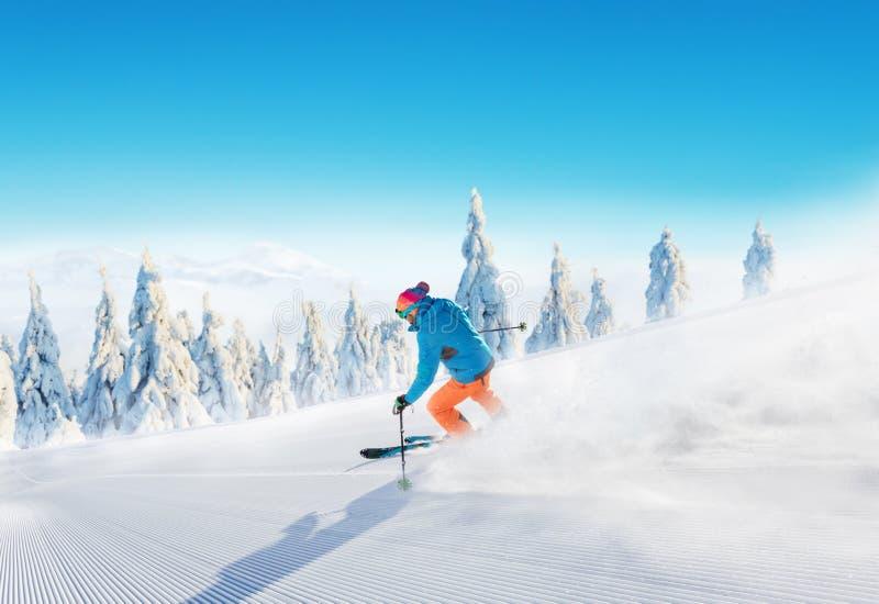 Ski de jeune homme sur la piste photos stock