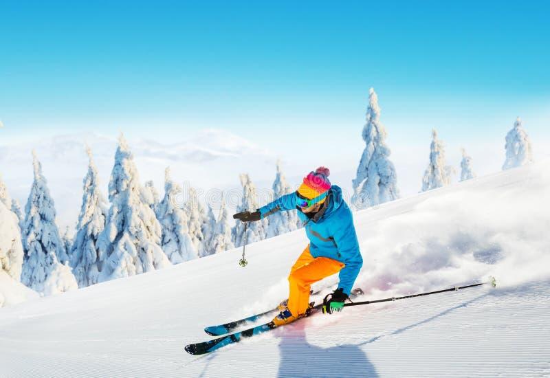 Ski de jeune homme sur la piste photo libre de droits