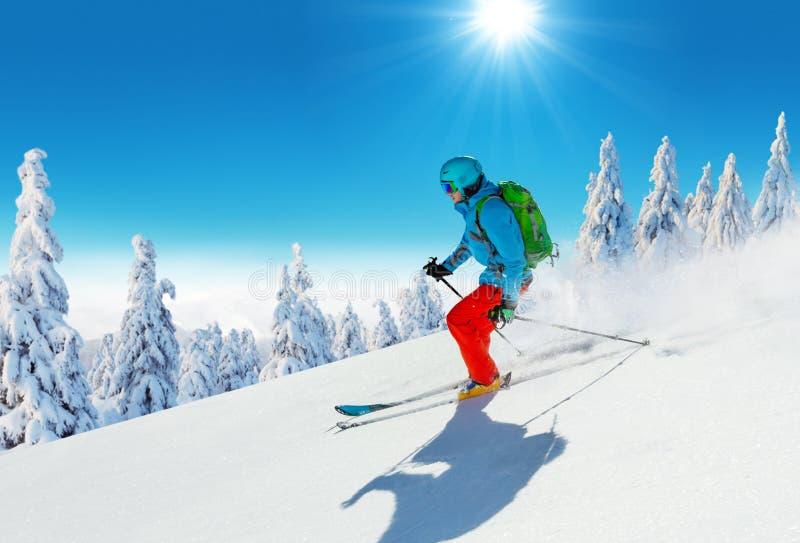 Ski de jeune homme sur la piste photo stock